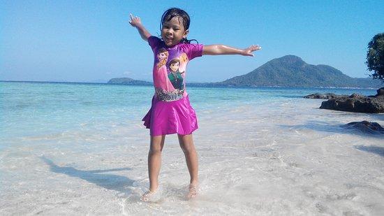 Kelagian Island: beatiful beach with happy kid