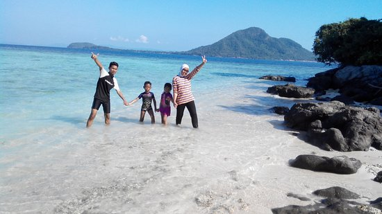 Kelagian Island: beatiful beach with happy family
