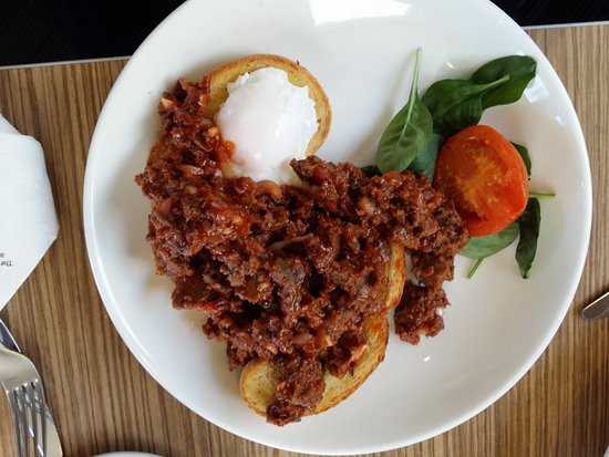 Ellerslie, Selandia Baru: Savoury mince with poached egg on ciabatta