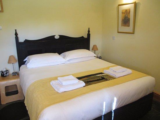 Cranbrook, UK: Hop Pickers Cottage Superking vi-spring bed with en-suite bathroom