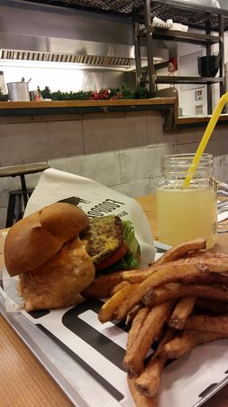 Thessaloniki Region, Grecia: the steven spielburger and lemonade with ginger