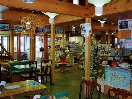 Engaru-cho, Japón: 決して広くはないですが、木の温もりのある店内は地元のパン屋さんや缶詰屋さんや手芸、陶芸品なども販売している。