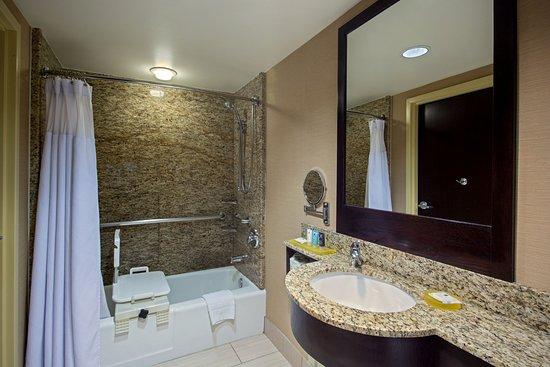 Glen Ellyn, إلينوي: Wheelchair Accessible Bath