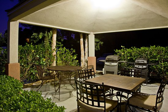 Candlewood Suites Orange County/ Irvine East: Outdoor gazebo with gas BBQ's for guest use