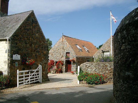 St. Pierre du Bois, UK: Gate into enclosed courtyard, Geranium Cottage directly opposite.