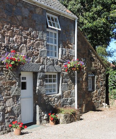 St. Pierre du Bois, UK: Periwinkle Cottage, Part of our 16th century farm buildings.