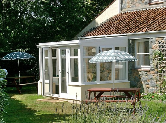 St. Pierre du Bois, UK: A secluded sunny rear garden with private sun lounge.