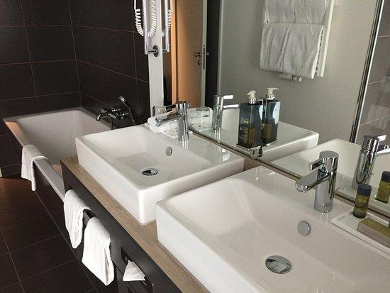 Hyperion Hotel Hamburg: Badewanne Und Dusche Und 2 Waschbecken