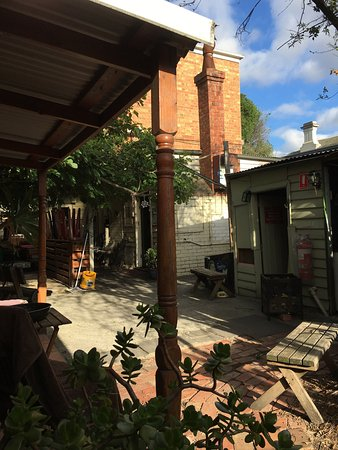 Prahran, Australia: Lovely place with lots of greens and kind front staff.We even saw a possum in the garden. Easy a