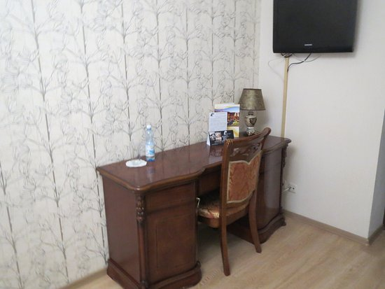 Hotel Evropeyskiy: It's good to have a writing table in the room