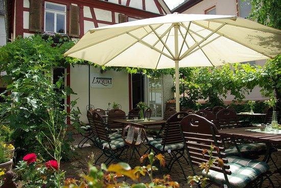 Lorch, Alemania: Auf unserer kleinen Terrasse bei einem Gläschen Wein die Sonne genießen