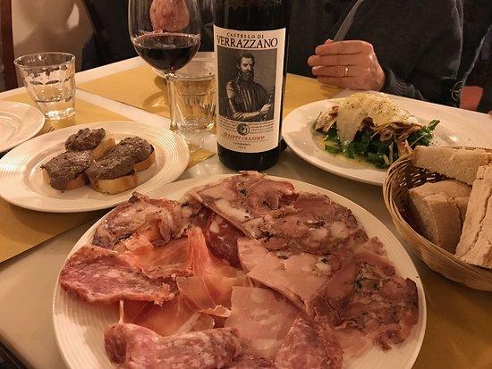 Vini e Vecchi Sapori: Antipasti: ottimi salumi toscani, crostini e insalata di carciofi rucola e grana.