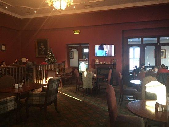 Ennis, Ireland: Hotel bar with log fire