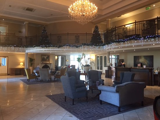 Ennis, Ireland: Lobby with log fire and Christmas decorations still in place