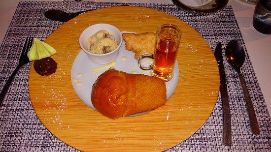 "Hotel Restaurant Les Remparts : dessert ""baba au rhum"""