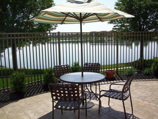 Hilton Garden Inn Evansville: Patio and Lake