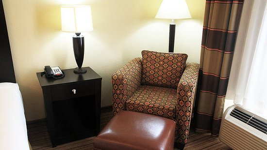 Holiday Inn Express Hotel & Suites Shreveport West: Chair and Ottoman