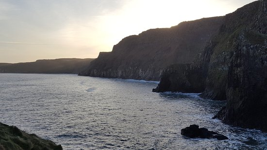 Ballintoy, UK: Coastline at Carrick-A-Rede.