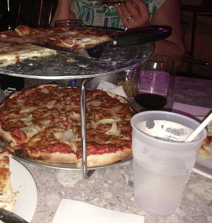 Frenchtown, St. Thomas: Pizza og rødvin