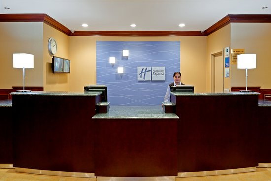 Holiday Inn Express North Bergen - Lincoln Tunnel : Front Desk
