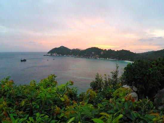 จามาคีรี สปา แอนด์ รีสอร์ท: Sunset by the pool.