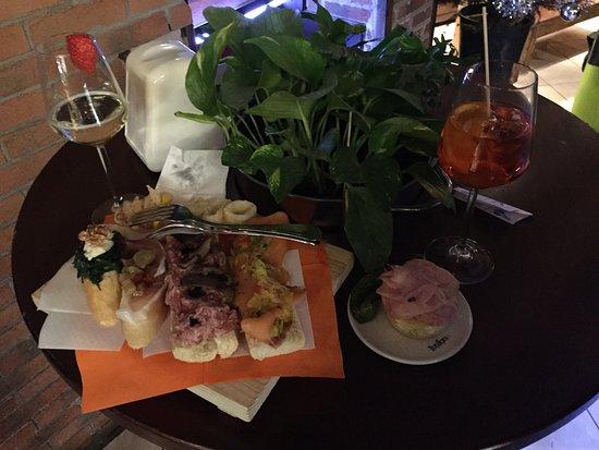 Bacarando In Corte Dell'Orso: cicheti selection, Prosecco, Spritz. total 12 Euro!