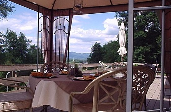 Brasstown, Karolina Północna: Enjoy breakfast on the deck with beautiful mountain views