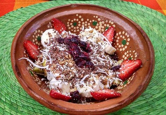 Hotelito Los Suenos: Fruit bowl with granola, seeds and yogurt