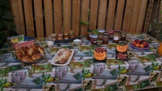 Montagnac, Frankrike: petit déjeuner sucré et salé produits frais de saison
