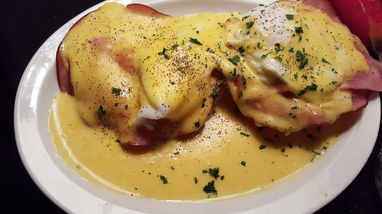 Grandma's In The Park Bar & Grill: Eggs benedict and cinnamon roll pancake