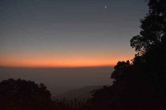 Jhandi Dara Sunrise Point : cloudy morning sky