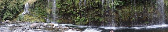 Dunsmuir, Californië: : 瀑布形成一片水珠簾