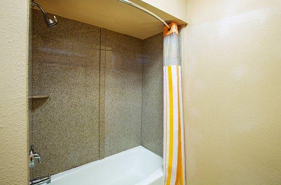 Jacksonville, TX: Bathroom 1