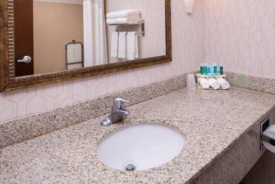 Pittsburg, KS: Guest Bathroom