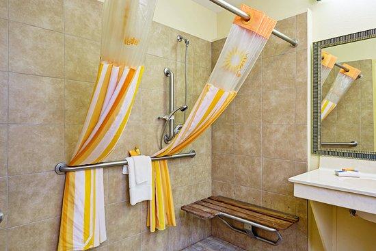 Dumas, TX: Bathroom