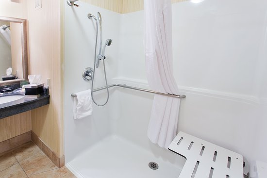 Yakima, Вашингтон: ADA/Handicapped accessible Guest Bathroom with roll-in shower