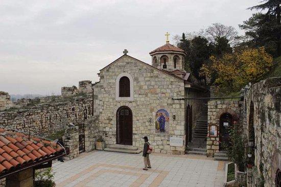 Saint Petka's Chapel : Крохотная площадка перед церковью и сама церковь