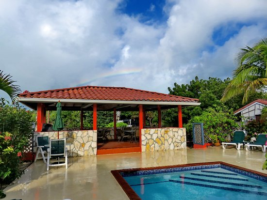 Harbour Club Villas & Marina: A sprinkle of liquid sunshine and rainbow over the gazebo at Harbour Club
