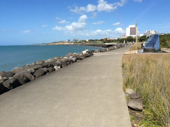 New Plymouth, Nueva Zelanda: Walkway looking towards surveaches, new Artwork stainless steel