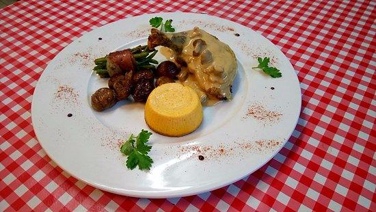 Saint-Siffret, ฝรั่งเศส: Suprême de Pintade Fermière et sa sauce crémeuse aux girolles Accompagné de ses petits légumes