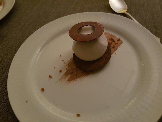 Villa Somis : Crema di nocciole su un biscotto al cioccolato