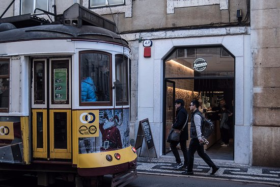 Pizzeria Romana al Taglio: Outside of the pizzeria in Lisbon Downtown