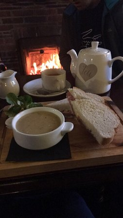 Skelmersdale, UK: Cauliflower soup and beef and horseradish sandwich