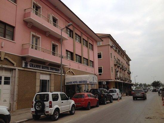 Grande Hotel Universo: Aspecto exterior, ao fundo a baía de Luanda