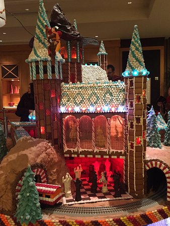 Sheraton Seattle Hotel: Giant Gingerbreads (Annual Event in Lobby)