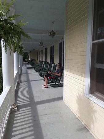Balsam Mountain Inn & Restaurant: Front porch