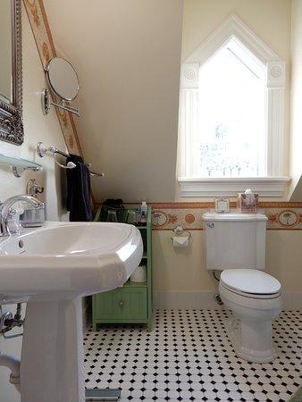 C'est La Vie Inn: Gauguin bathroom.