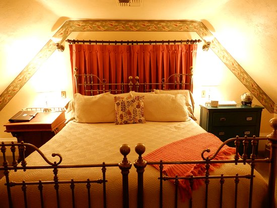 C'est La Vie Inn: Monet has a king bed and a private bath with a clawfoot soaking tub plus a tiled shower.