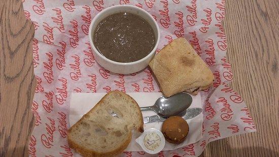 Paillard: Menu del dia: sopa de champignongs, sandwich del dia con tomates secos, queso brie y lechuga.