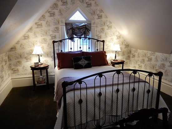 C'est La Vie Inn: Toulouse-Lautrec has a queen bed and a private bathroom with a separate tiled shower.